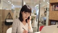 女人在會議室裡打電話 43751230