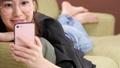 스마트 폰을 보는 젊은 여성 43832850