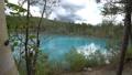 枯れた松の木が立つ幻想的な青い池の風景._4 43846573
