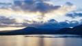 夜明けの富士山、山梨県本栖湖にて 44124519