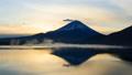 夜明けの富士山、山梨県本栖湖にて 44190461