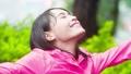 女性 幸福 下雨 44274424