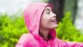 女性 幸福 下雨 44274425