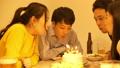 与蛋糕的党庆祝与朋友 44283248