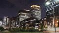 東京トワイライト 丸の内オフィス街 流れるヘッドライト タイムラプス ズームアウト 44393381