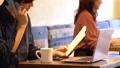 카페에서 일하는 캐주얼 남성 44438314