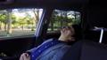 運転中に木陰で休憩する若手ビジネスマン 飲み物15 44749808
