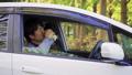 運転中に木陰で休憩する若手ビジネスマン 飲み物18 44749812
