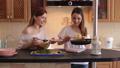 姐妹 厨房 沙拉 44750413