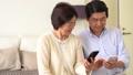 資深夫婦smartphone臥室生活方式圖像 45128628