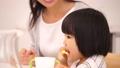 歯磨きをする3歳の女の子 45160027