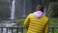 在Fujinomiya市拍攝Shiraito瀑布和瀑布的外國遊客 45413711