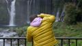 在Fujinomiya市拍攝Shiraito瀑布和瀑布的外國遊客 45415605