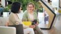 女性 座っている 座るの動画 45728144