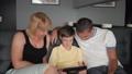 ファミリー 家族 タブレットの動画 45881034