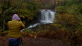外国旅行者在雨中拍一张风景照片 46030564