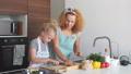 お母さん 家族 キッチンの動画 46044172