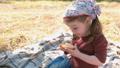 女の子 少女 食べるの動画 46144032