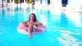 水泳プール 女性 山車の動画 46197984