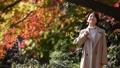 旅行婦女的旅行秋天秋天葉子 46330208