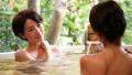 溫泉旅遊露天浴池父母和孩子沐浴溫泉圖像 46424116
