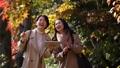 旅行秋天秋葉母親女兒父母和兒童家庭旅行圖像 46585479