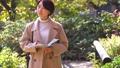 旅行婦女的旅途秋天秋葉 46593040