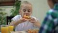 娘 食べる 食事をするの動画 46598421