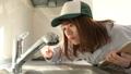 キッチンの水栓を点検する作業員 ナロー 46952980