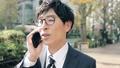 비즈니스 이미지 걷는 통근, 이동, 출근, 출장, 남성, 일본인, 직장인, 웃음, 미소, 말하기, 전화 47026792