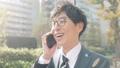 비즈니스 이미지 걷는 통근, 이동, 출근, 출장, 남성, 일본인, 직장인, 웃음, 미소, 말하기, 전화 47026794