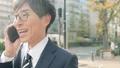 비즈니스 이미지 걷는 통근, 이동, 출근, 출장, 남성, 일본인, 직장인, 웃음, 미소, 말하기, 전화 47026796