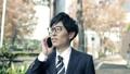 비즈니스 이미지 걷는 통근, 이동, 출근, 출장, 남성, 일본인, 직장인, 웃음, 미소, 말하기, 전화 47026841