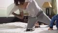 兄弟 争う ベッドルームの動画 47192290