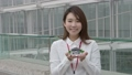 有一個微笑的建築模型的一名婦女 47609286