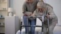 年寄り 年配 世話の動画 47954787