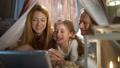 家族 タブレット 子供の動画 48197201