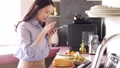 采取有智能手机的妇女一位厨师 48398960