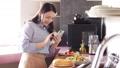 采取有智能手机的妇女一位厨师 48398961
