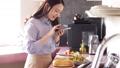 采取有智能手机的妇女一位厨师 48414298