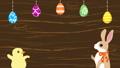イースターアニメ おしゃべりするウサギとヒヨコ 吊り下がるイースターエッグ飾り 木目背景 48466357