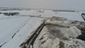 巨大な雪捨て場の上空をドローンが後進して撮影 48468623