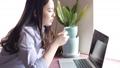 一個女人在喝咖啡的同時操作電腦 48501679