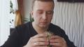汉堡 吃 男性 48519135