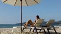 ビーチ 浜辺 女性の動画 48538891