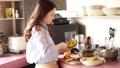 烹调在厨房里的妇女 48590019