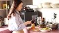 烹調在廚房裡的婦女 48590021