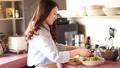 烹調在廚房裡的婦女 48590023