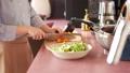 女人的手在厨房做饭 48590092