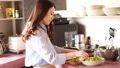 烹調在廚房裡的婦女 48603626